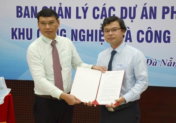Phó Chủ tịch UBND TP Đà Nẵng trao quyết định bổ nhiệm các thành viên Ban Giám đốc Ban Quản lý các dự án phát triển hạ tầng khu công nghiệp và công nghệ cao