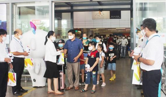 Tại Sân bay quốc tế Đà Nẵng, Đại diện Sở Du lịch Đà Năng tặng quà cho đoàn du khách đầu tiên trở lại du lịch thành phố sau dịch Covid-19