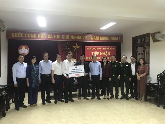 Ông Lê Trung Chinh trao tiền ủng hộ của thành phố Đà Nẵng cho tỉnh Hà Tĩnh khắc phục hậu quả do thiên tai gây ra