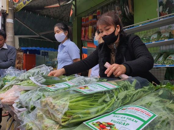 Các gian hàng tại phiên chợ chủ yếu giới thiệu và bày bán các mặt hàng nông sản, lương thực thực phẩm tham gia chương trình OCOP
