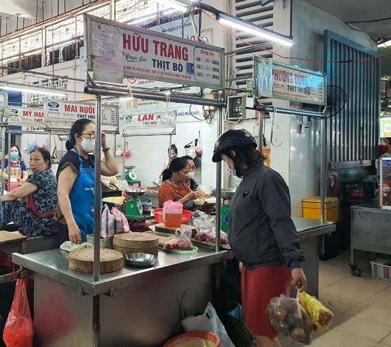 """Tại chợ Hàn, chợ đạt """"Mô hình chợ đảm bảo đủ điều kiện ATTP"""", các sản phẩm thịt gia súc, gia cầm phải có sự kiểm soát và chứng nhận ATTP của cơ quan chức năng và có niêm yết giá"""