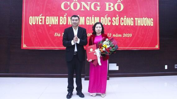 Ông Hồ Kỳ Minh, Phó Chủ tịch UBND TP Đà Nẵng trao quyết định bổ nhiệm Giám đốc Sở Công Thương cho bà Lê Thị Kim Phương