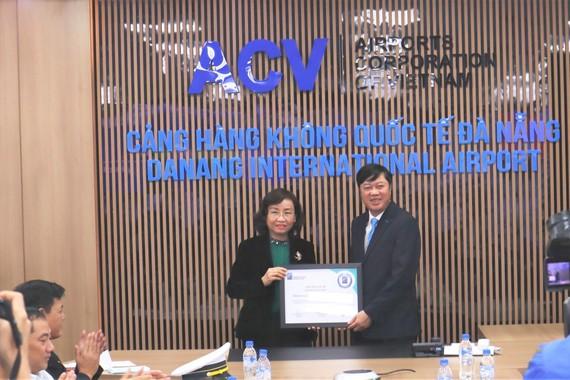 Giám đốc Sở Y tế Đà Nẵng Ngô Thị Kim Yến trao chứng nhận cho lãnh đạo Cảng Hàng không Quốc tế Đà Nẵng