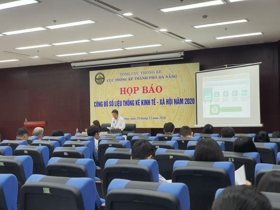 Ông Trần Văn Vũ, Cục trưởng Cục Thống kê Đà Nẵng thông báo một số vấn đề cơ bản về tình hình kinh tế - xã hội năm 2020