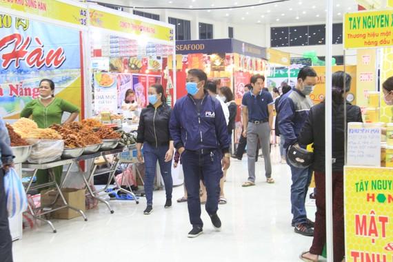 Hội chợ mở cửa tự do đón khách tham quan và mua sắm