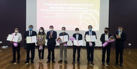 Phó Chủ tịch Thường trực UBND TP Đà Nẵng Hồ Kỳ Minh trao 6 Giấy Chứng nhận đăng ký đầu tư và 1 chủ trương nghiên cứu đầu tư cho các doanh nghiệp