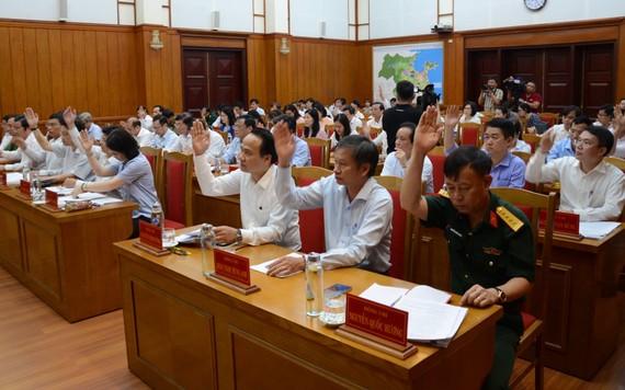 Các đại biểu biểu quyết thông qua chương trình hội nghị