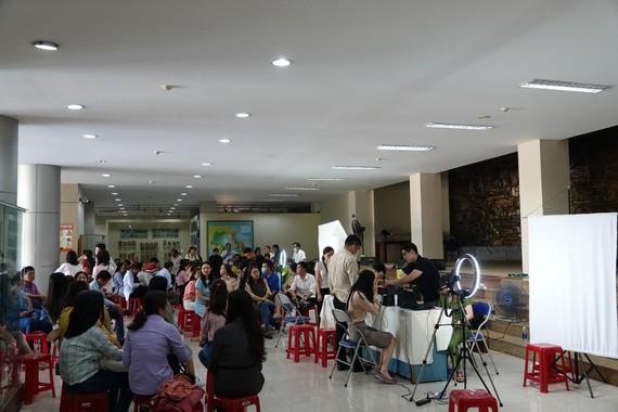 Hơn 400 người là phóng viên nhà báo, người làm báo và thân nhân tham gia thực hiện làm CCCD lưu động đặt tại Bảo tàng Đà Nẵng