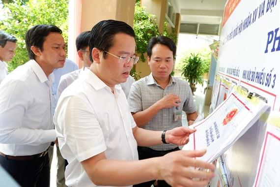 Phó Chủ tịch HĐND TP Đà Nẵng Lê Minh Trung kiểm tra thực tế điểm niêm yết danh sách cử tri tại các điểm bầu cử quận Ngũ Hành Sơn