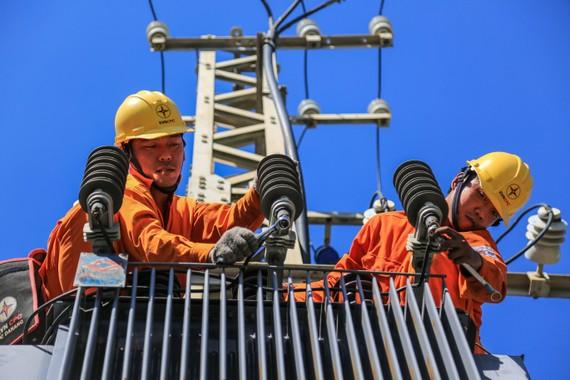 EVNCPC tăng cường xử lý lưới điện trước mùa nắng nóng gay gắt để bảo đảm cấp điện cho khách hàng