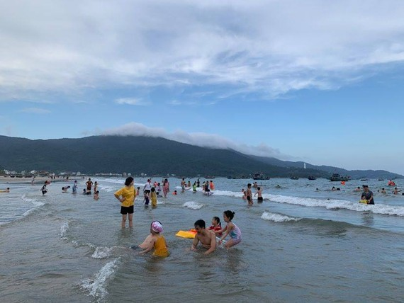 Hoạt động tắm biển được phép hoạt động theo khung giờ