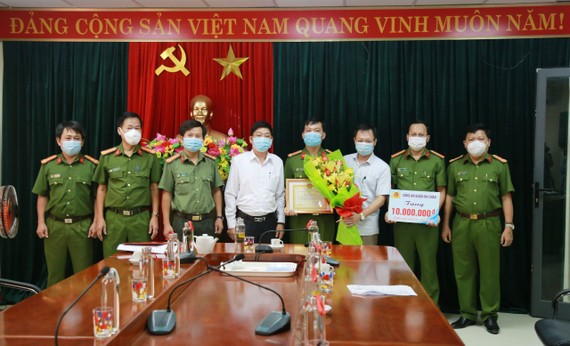 Ông Vũ Quang Hùng, Bí thư Quận ủy Hải Châu khen thưởng nóng cho đội chuyên án