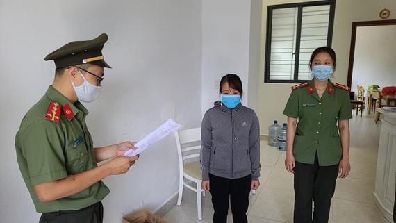 Cơ quan điều tra tống đạt quyết định khởi tố vụ án, khởi tố bị can đối với Nguyễn Thị Kim Anh