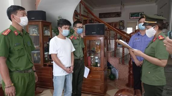 Lực lượng chức năng đọc lệnh bắt tạm giam Trần Thanh Sơn