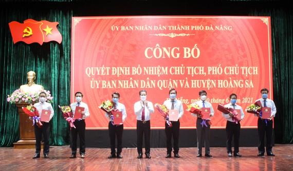 Ông Nguyễn Văn Quảng, Bí thư Thành ủy TP Đà Nẵng trao quyết định bổ nhiệm cho các Chủ tịch UBND quận và huyện đảo Hoàng Sa