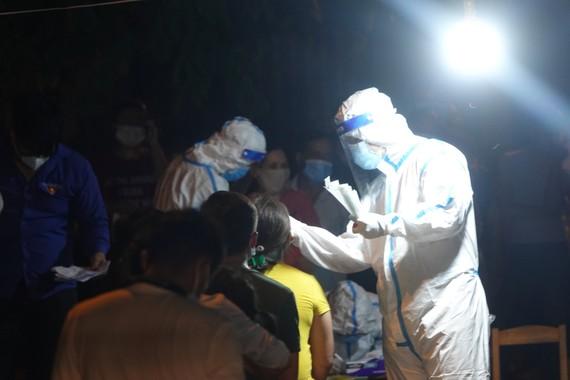 Lực lượng chức năng xét nghiệm SARS-CoV-2 tại đường Nguyễn Phước Nguyên (phường An Khê, quận Thanh Khê, TP Đà Nẵng) tối 16-7