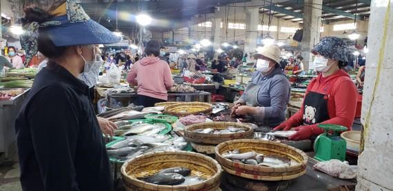 Dự kiến, mỗi ngày yêu cầu chỉ 30% số lượng tiểu thương buôn bán cá đến Cảng cá Thọ Quang lấy hàng