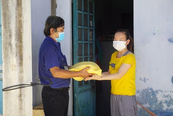 Tổ Covid-19 cộng đồng đại diện tặng những suất nhu yếu phẩm và tiền mặt giúp những hộ khó khăn vượt qua dịch bệnh