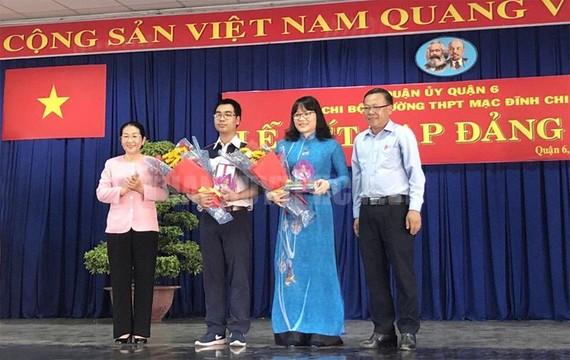 Lãnh đạo TPHCM tặng quà chúc mừng 2 đồng chí được kết nạp Đảng. Ảnh:thanhuytphcm