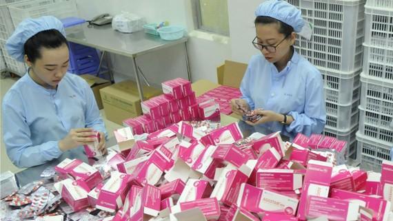 Doanh nghiệp đóng gói sản phẩm bằng hộp giấy. Ảnh: THÀNH TRÍ