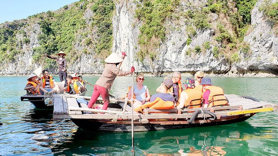 Du khách nước ngoài tham quan vịnh Lan Hạ ở quần thể danh thắng vịnh Hạ Long