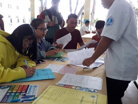 Thí sinh nộp hồ sơ tuyển sinh tại trụ sở của trường (53 Võ Văn Ngân, phường Linh Chiểu, quận Thủ Đức,TPHCM)