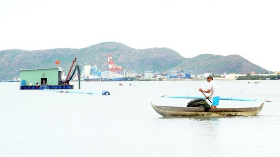 Ngư dân phường Đống Đa (TP Quy Nhơn) kêu cứu vì nạn hút cát ở đầm Thị Nại. Ảnh: NGỌC OAI