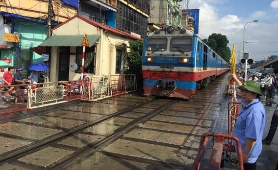Tàu hỏa Bắc - Nam ngang qua Hà Nội
