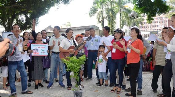 """Các thành viên trong nhóm """"Thích trồng cây""""  họp mặt tại công viên Tao Đàn (quận 1, TPHCM)"""