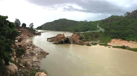 Cầu sập, hơn 300 hộ dân bị cô lập