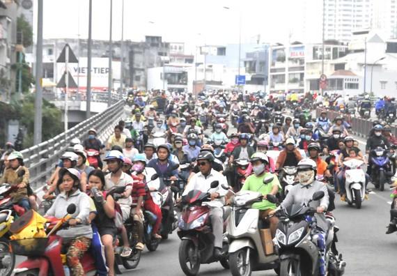 Khí thải xe gắn máy gây ô nhiễm không khí. Ảnh: THÀNH TRÍ