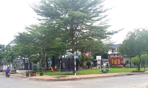 Từ bãi cỏ lau, người dân khu dân cư Khang An (quận 9) đã dọn dẹp  và lắp thiết bị vui chơi cho trẻ em, biến nơi đây thành hoa viên. ẢNH: PHƯƠNG UYÊN
