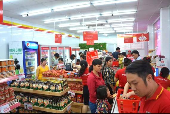 Công nhân - người lao động đến với cửa hàng trợ giá ở huyện Bình Chánh