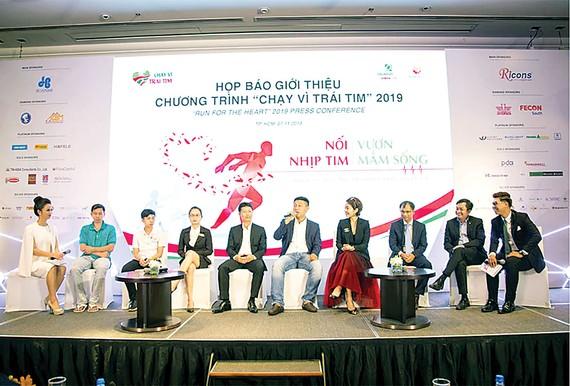 Ông Trương Quang Nhật - Phó Tổng Giám đốc Hòa Bình (thứ 2 bên phải) tham gia họp báo công bố chương trình