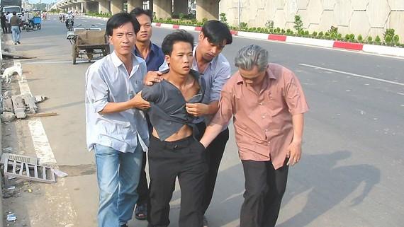 Công an TPHCM bắt một đối tượng liên quan đến vụ đánh nhau chết người ở bờ kè kênh Nhiêu Lộc - Thị Nghè. Ảnh: ĐOÀN HIỆP