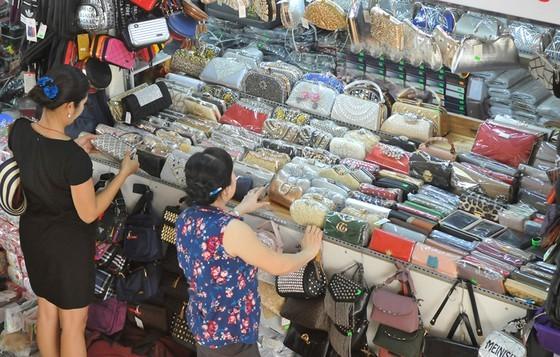Mặt hàng bóp, túi xách hay bị nhái thương hiệu. Ảnh: THÀNH TRÍ