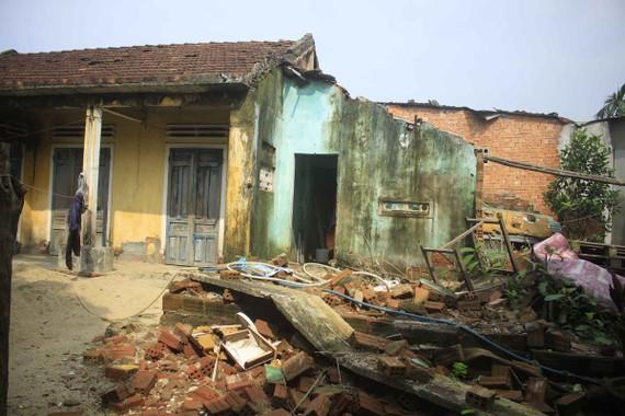 Một căn nhà đã sập vì không được sửa chữa, chủ nhà phải tha hương