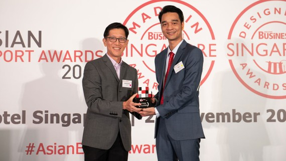 Ông Võ Trung Hiếu, Giám đốc Kinh doanh Quốc tế của Vinamilk đại diện nhận giải thưởng từ Ban tổ chức