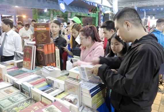Sách đặt hàng chưa tạo được ấn tượng với bạn đọc giữa hàng ngàn đầu sách trên thị trường. Ảnh: HỒNG NGỌC
