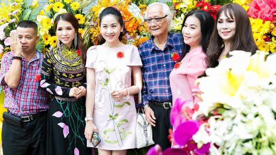 Nghệ sĩ Thái Ngọc Sơn và nhà báo Lữ Đắc Long (ngoài cùng) tại lễ khai mạc