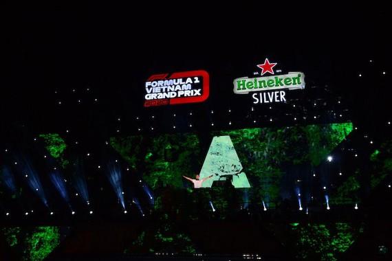 """DJ Số 1 Thế giới Armin Van Buuren mang đến những phần trình diễn thăng hoa cho hàng ngàn khán giả có mặt tại sự kiện """"Khởi động Formula 1 Việt Nam Grand Prix"""""""