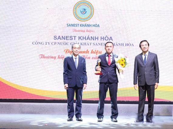 Đại diện Lãnh đạo Công ty Sanest Khánh Hòa vinh dự nhận được cúp Thương hiệu Việt phát triển bền vững năm 2019