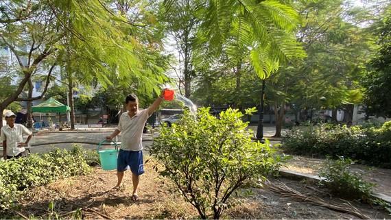 Người dân chăm sóc cây xanh tại Công viên 130 Cao Lỗ (quận 8) được chuyển hóa từ bãi rác. Ảnh: ĐỨC THIỆN