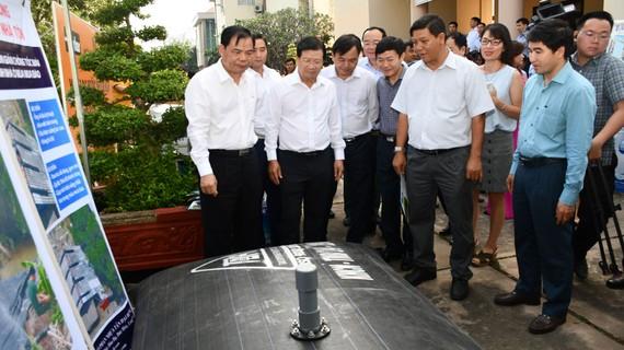Phó Thủ tướng Chính phủ Trịnh Đình Dũng và Bộ trưởng Bộ NN&PTNT Nguyễn Xuân Cường tham quan các gian trưng bày sản phẩm phòng, chống hạn hán, xâm nhập mặn trong hội nghị ngày 03-01-2020 tại Bến Tre