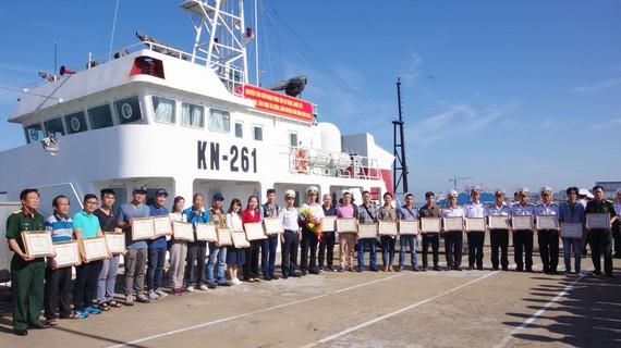 Các thành viên trong đoàn được chào đón khi trở về sau 12 ngày trên biển