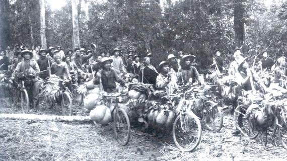 Từng đoàn xe thồ, từng đoàn dân công vận chuyển lương thực, vũ khí, đạn dược phục vụ chiến dịch Điện Biên Phủ. Ảnh: TL