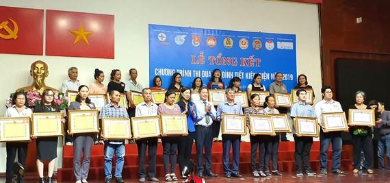 Bà Triệu Lệ Khánh, Phó Chủ tịch Ủy ban MTTQ Việt Nam TPHCM và ông Nguyễn Phương Đông, Phó Giám đốc Sở Công thương TPHCM, trao bằng khen cho các gia đình tiết kiệm điện cấp thành phố