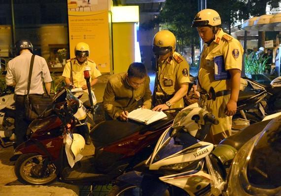 CSGT xử phạt vi phạm nồng độ cồn tại giao lộ Nguyễn Đình Chiểu - Pasteur, TPHCM. Ảnh: NGUYỄN NHÂN