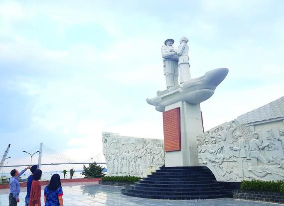 Tượng đài tưởng niệm sự kiện Tập kết 1954 tại TP Cao Lãnh, tỉnh Đồng Tháp