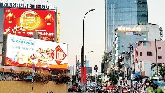 Bảng quảng cáo ở ngã tư đường Nguyễn Thị Minh Khai và đường Cách Mạng Tháng Tám, quận 3, TPHM. Ảnh: DŨNG PHƯƠNG